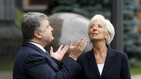 Ukrainian President Petro Poroshenko welcomes International Monetary Fund (IMF) Managing Director Christine Lagarde ahead of their meeting in Kiev, Ukraine, September 6, 2015 - Sputnik International