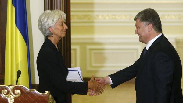 Ukrainian President Petro Poroshenko greets International Monetary Fund (IMF) Managing Director Christine Lagarde after a news conference in Kiev, Ukraine, September 6, 2015 - Sputnik International
