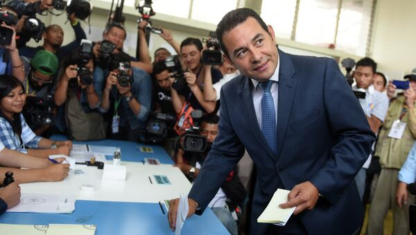 Guatemalan presidential candidate for the National Front of Convergence (FCN) party, Jimmy Morales, casts his vote at a polling station in Mixco, 19 km from Guatemala City, during general elections on September 6, 2015 - Sputnik International