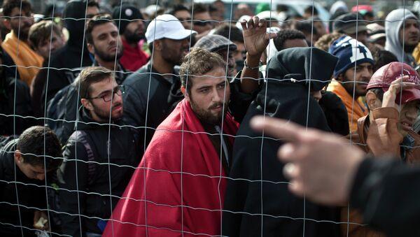Migrants waiting in line to board buses in Hungary - Sputnik International