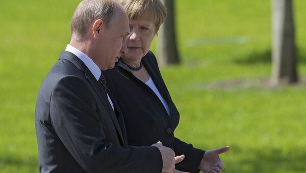 Vladimir Putin and German Chancellor Angela Merkel lay flowers at Tomb of the Unknown Soldier - Sputnik International