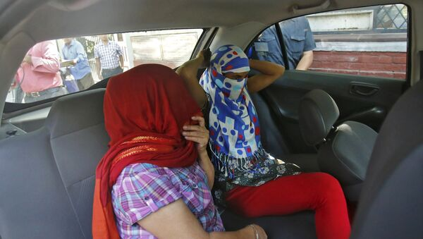 Two veiled Nepali women, who told police they were raped by a Saudi official, sit in a vehicle outside Nepal's embassy in New Delhi, India, September 9, 2015. - Sputnik International