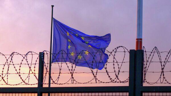 European Union flag behind a wired fence - Sputnik International
