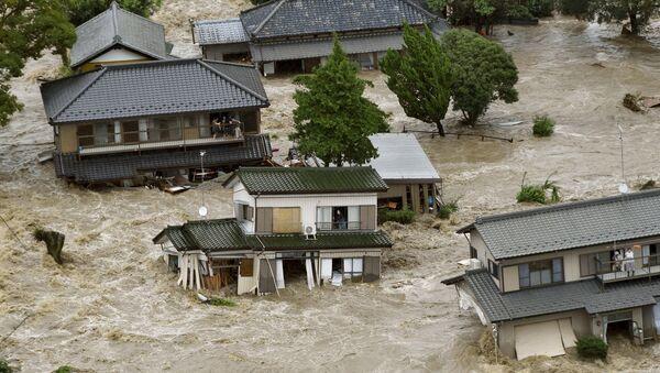 People wait to be rescued as floodwaters caused by Typhoon Etau engulf their homes. - Sputnik International