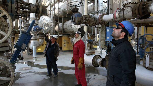 Iranian oil workers work at the Tehran's oil refinery south of the capital Tehran, Iran, Monday, Dec. 22, 2014 - Sputnik International