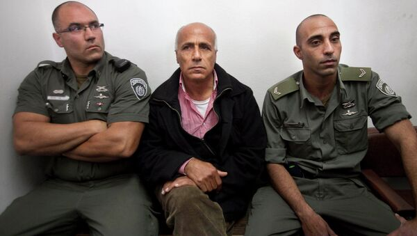 Israeli nuclear whistleblower Mordechai Vanunu, center, sits between two prison guards as he waits in a courtroom before a hearing in Jerusalem in 2009. - Sputnik International