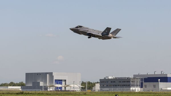 The first F-35A for the Italian Air Force, and the first F-35 built at the Cameri FACO, takes to the skies over Italy - Sputnik International
