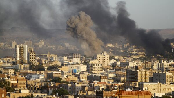 Smoke billows from a Houthi-controlled military base after a Saudi-led air strike hit its weapons depots in Yemen's capital Sanaa September 12, 2015 - Sputnik International