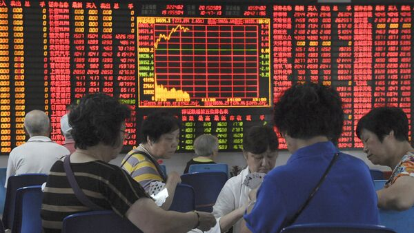 Investors play cards in front of an electronic board showing stock information at a brokerage house in Shanghai, China, September 9, 2015 - Sputnik International