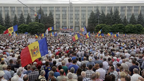 Protesters carry Moldova's national flags during an anti-government rally, organised by the civic platform Dignity and Truth (DA), in central Chisinau, Moldova, September 6, 2015 - Sputnik International