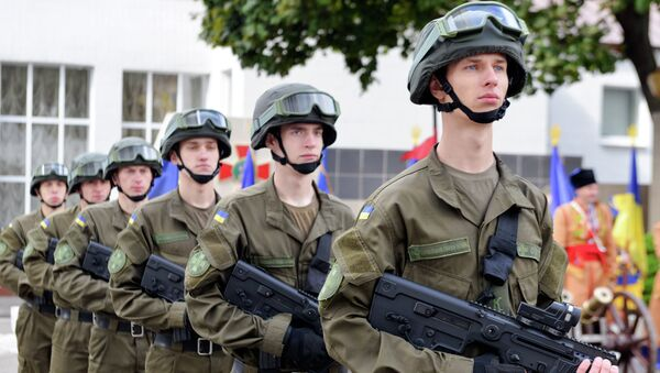 Servicemen of the Ukrainian National Guard stand at attention during a ceremony of oath at the Academy of the National Guard in Kharkiv, on May 16, 2015 - Sputnik International
