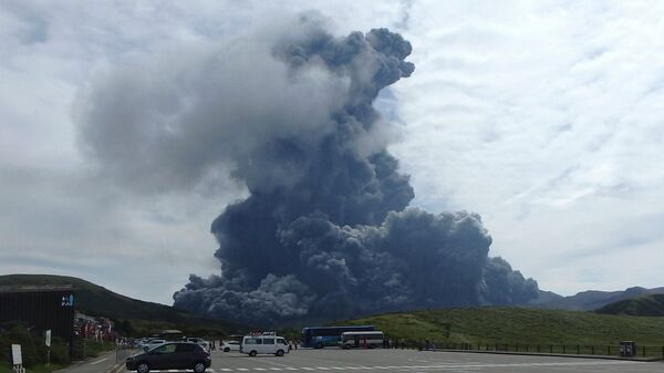 In this photo released by Aso Volcano Museum, a column of black smoke rises from Mount Aso on the southern Japanese island of Kyushu Monday, Sept. 14, 2015 - Sputnik International