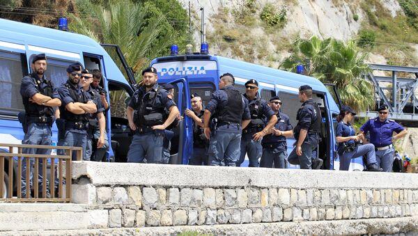 Italian police officers - Sputnik International