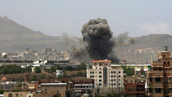 Smoke rises after a Saudi-led airstrike hits an army base in Sanaa, Yemen, Monday, Sept. 14, 2015 - Sputnik International