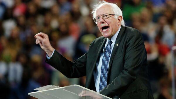 Democratic presidential candidate, Sen. Bernie Sanders, I-Vt. gestures during a speech at Liberty University in Lynchburg, Va., Monday, Sept. 14, 2015. - Sputnik International