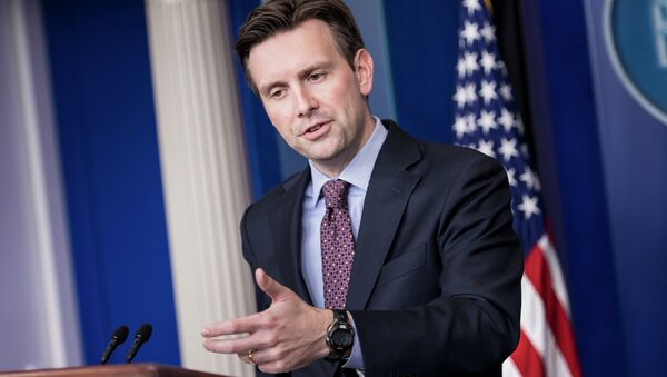White House Press Secretary Josh Earnest speaks during a daily briefing at the White House October 15, 2014 in Washington, DC. - Sputnik International