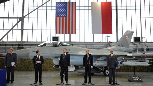 Polish and US officials stand in front of a F-16 fighter jet during the contract signing ceremony of 40 Lockheed Martin's joint air-to-surface standoff missiles. - Sputnik International