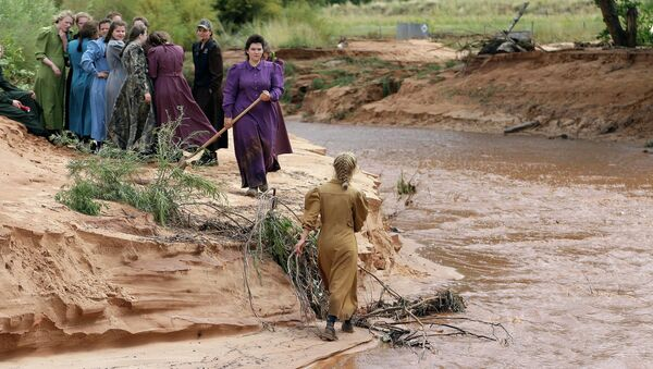 Community members search along a stream after a flash flood Tuesday, Sept. 15, 2015, in Colorado City, Ariz. - Sputnik International