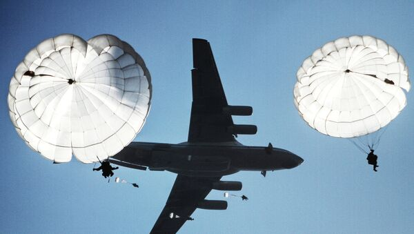 Airborne drop during the joint battalion tactical exercise of airborne troops from Russia - Sputnik International