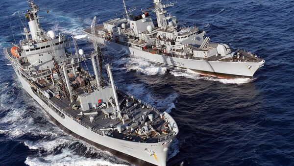 Type 23 frigate HMS Richmond (top) conducts a replenishment at Sea (RAS) with RFA Black Rover. - Sputnik International