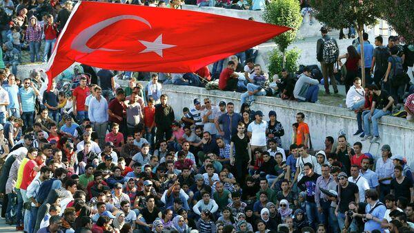 Migrants wait for busses at the main bus station in Istanbul, Turkey September 16, 2015. - Sputnik International