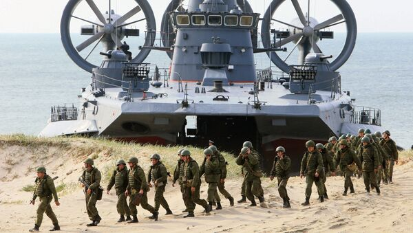 The air-cushion small landing ship Mordovia and servicemen of coastal defence troops at the Baltic Fleets's range during the joint Russian-Belarusian drills Union Shield 2015 in Kaliningrad Region - Sputnik International