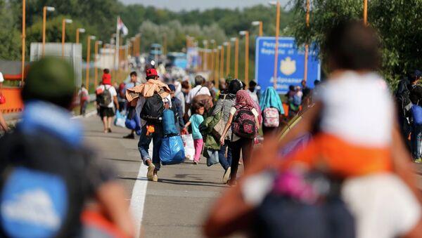 Migrants walk back to Serbia after Croatia refused them entry on the border bridge in Batina, Croatia September 18, 2015. - Sputnik International