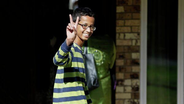 Ahmed Mohamed, 14, gestures as he arrives to his family's home in Irving, Texas, Thursday, Sept. 17, 2015 - Sputnik International
