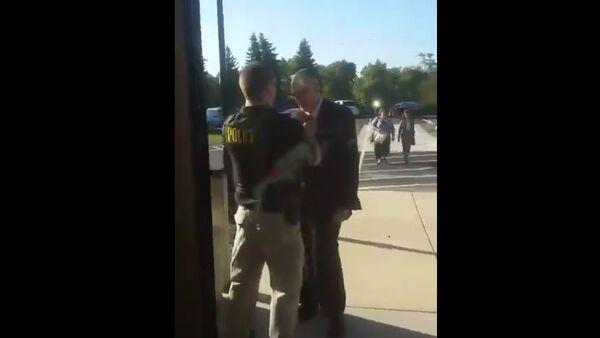 Cop Helps Older Man having Trouble Tying his Tie - Sputnik International
