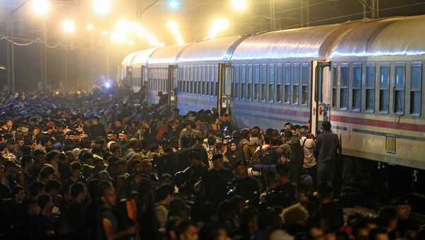 Migrants rush to board a train in the eastern-Croatia town of Tovarnik, close to the border between Croatia and Serbia on September 18, 2015 - Sputnik International