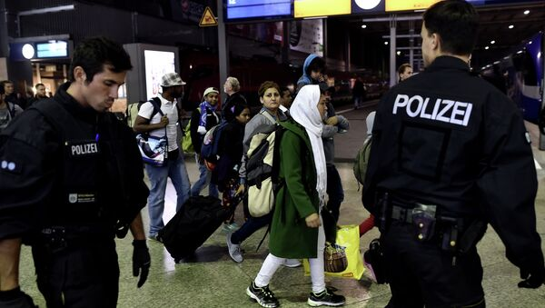 Syrian refugees and migrants are escorted to be registred by German police officers upon arrival from Austria at the Munich's main train station late September 3, 2015. - Sputnik International