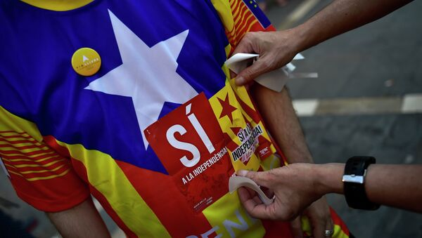 A pro-independence Basque puts a sticker on a T-shirt which reads, ''Yes for the Independence'', during a march to support the pro-independence Catalonia movement, in Pamplona, northern Spain, Saturday, Sept. 11, 2015 - Sputnik International