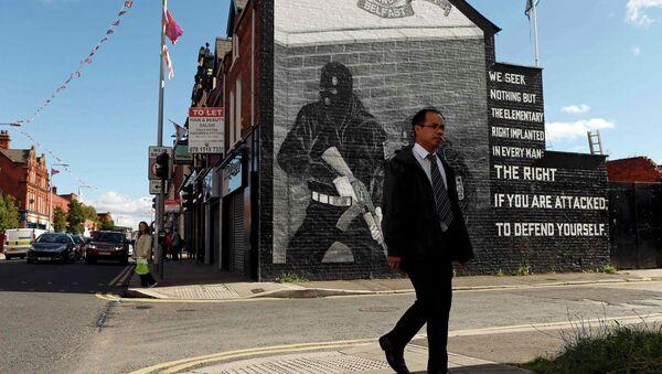 A man walks past a mural in East Belfast in Northern Ireland, September 18, 2015 - Sputnik International