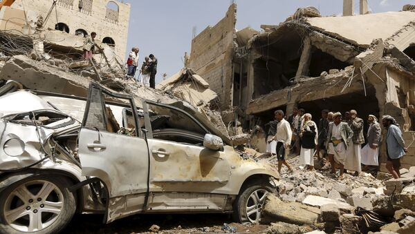 People gather at the site of a Saudi-led air strike in Yemen's capital Sanaa September 21, 2015 - Sputnik International