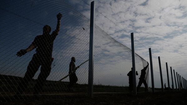 Hungarian soldiers work on a fence that is being built at the border with Croatia, near the village of Beremend, Hungary, Tuesday, Sept. 22, 2015 - Sputnik International
