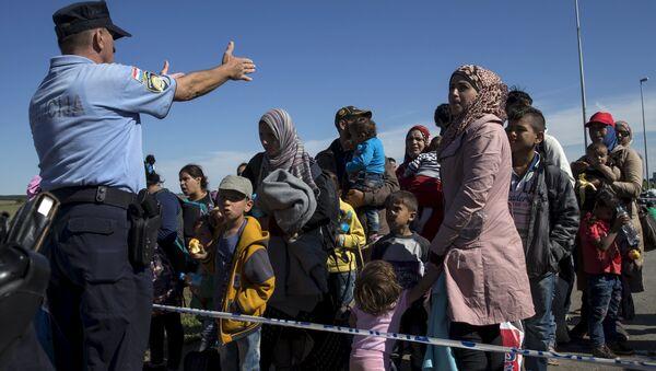 Migrants queue at the border crossing between Serbia and Croatia near Tovarnik, Croatia, September 21, 2015 - Sputnik International