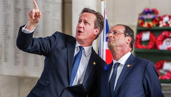 British Prime Minister David Cameron (left) speaks with French President Francois Hollande (right) - Sputnik International