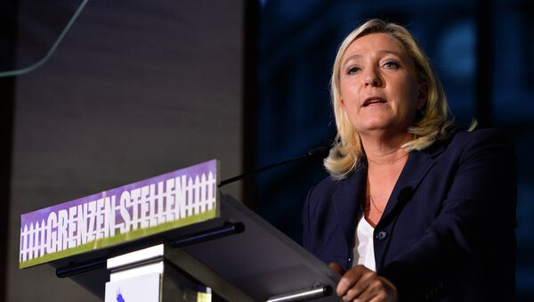 French far-right National Front (Front National, FN) party president Marine Le Pen delivers a speech at a meeting called 'Grenzen stellen' (define borders) of Flemish far-right party Vlaams Belang, in the Flemish parliament, on September 15, 2015, in Brussels. - Sputnik International