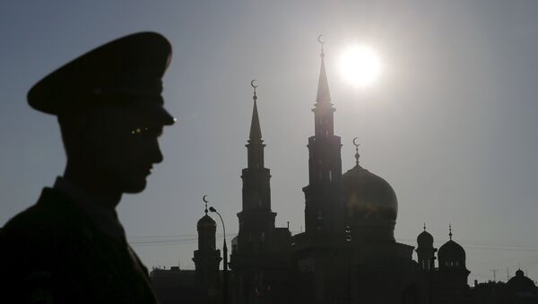 An Interior Ministry member stands guard near the Moscow Grand Mosque before an opening ceremony in Moscow, Russia, September 23, 2015 - Sputnik International