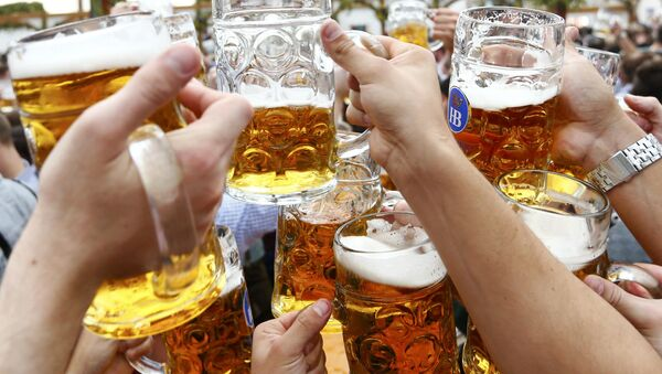 Visitors toast with beer on the first day of the 182nd Oktoberfest in Munich, Germany, September 19, 2015 - Sputnik International