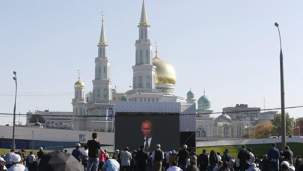 People listen to Russian President Vladimir Putin as he delivers a speech at a ceremony to open the Moscow Grand Mosque in Moscow, Russia, September 23, 2015 - Sputnik International