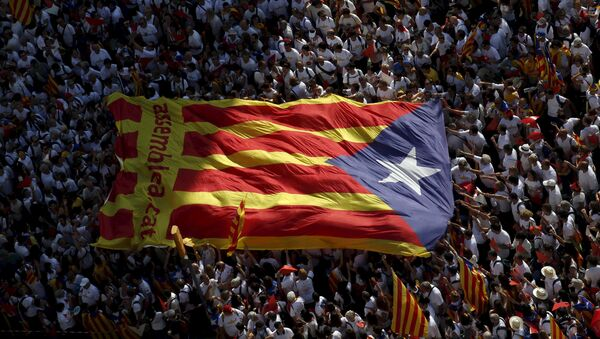 Catalan pro-independence supporters hold a giant estelada (Catalan separatist flag) during a demonstration called Via Lliure a la Republica Catalana (Way of Freedom for the Republic of Catalonia) on the Diada de Catalunya (Catalunya's National Day) in Barcelona, Spain, September 11, 2015. - Sputnik International