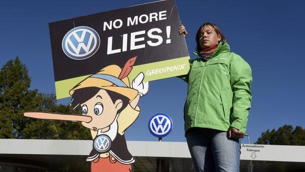 A Greenpeace activist holds a banner during a protest in front of Volkswagen's Sandkamp gate in Wolfsburg, Germany September 25, 2015. - Sputnik International