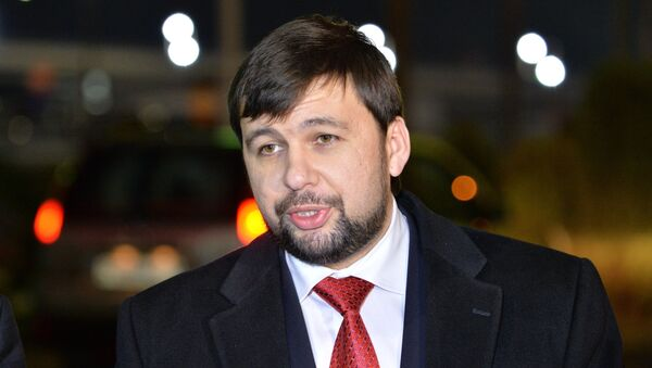 Representative of the Donetsk People's Republic (DPR) Denis Pushilin talks with journalists at the Minsk airport - Sputnik International