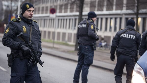 Police officers guard the street around the Noerrebro train station in Copenhagen on February 15, 2015 after a man has been shot in a police action following two fatal attacks in the Danish capital. - Sputnik International