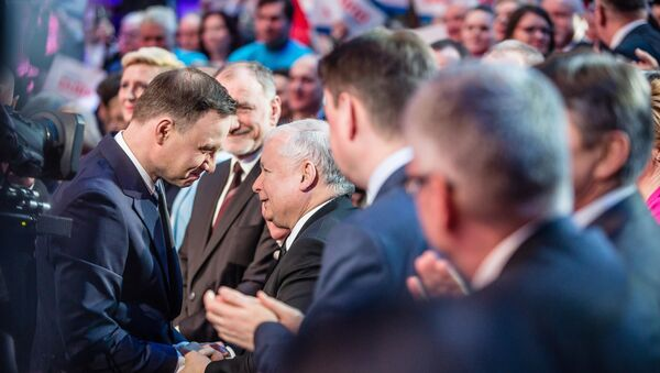 Andrzej Duda, the conservative party PiS (Law and Justice) candidate for President in the upcoming election and leader of the party Jaroslaw Kaczynski (C) are seen shaking hands during a party convection in Warsaw, Poland on February 7, 2015 - Sputnik International