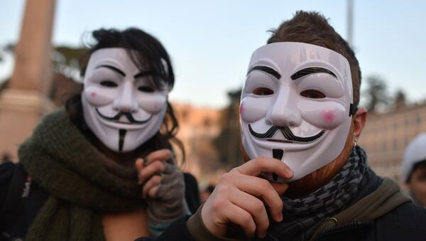 """Protesters wear Guy Fawkes masks (Anonymous) during a demonstration of the """"Forconi"""" (the Pitchforks) against austerity policies and the Italian government on December 18, 2013 in Rome - Sputnik International"""