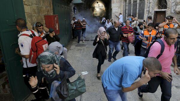 Palestinian protesters run away as Israeli police throw a stun grenade in Jerusalem's Old City September 28, 2015 - Sputnik International