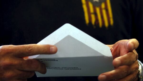 Man wearing a T-shirt with an Estelada flag, a symbol of Catalonian pro-independence, prepares his ballot in Catalonia's regional parliamentary election in Barcelona, Spain, September 27, 2015 - Sputnik International