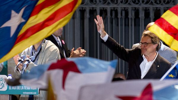 Catalonia's regional government president and leader of the Catalan Democratic Convergence (CDC) Artur Mas waves as he celebrates, following the results of the Catalan regional election on September 27, 2015 in Barcelona. - Sputnik International